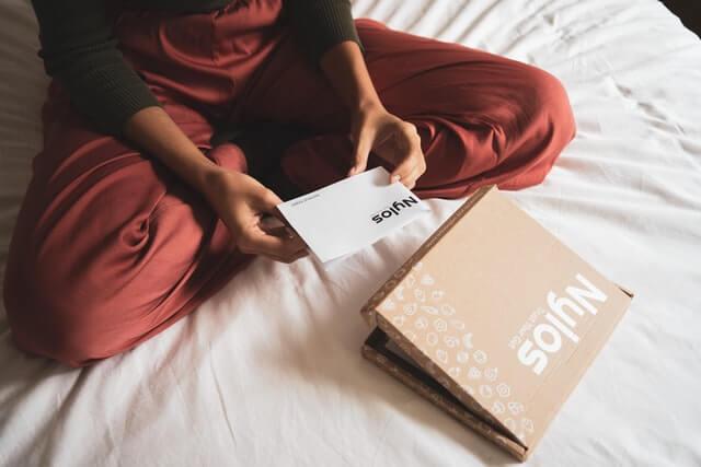 verzenddoos uitpakken pakket kaartje vrouw